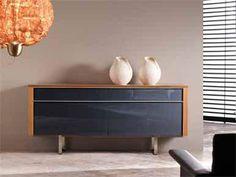 Mueble auxiliar con el frente en negro y detalles en madera. Credenza, Nightstand, Cabinet, Storage, Table, Furniture, Home Decor, Wood Accents, House Decorations