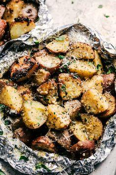 Οι πιο νόστιμες ψητές πατάτες που έχουμε δοκιμάσει - ELLE Foil Packet Dinners, Foil Pack Meals, Foil Dinners, Grilled Steak Recipes, Grilling Recipes, Cooking Recipes, Foil Potatoes On Grill, Bbq Potatoes, Grilled Foil Potatoes