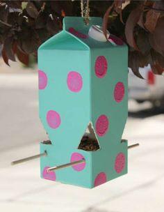 Une mangeoire à oiseaux avec une brique de lait.  13 Idées récup de mangeoires à oiseaux DIY