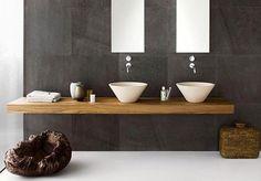 Kleur tegels en houten meubel
