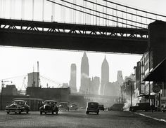 Harold Roth South Street New York, 1948 New York Pictures, New York Photos, Old Photos, Berenice Abbott, History Of Photography, Vintage New York, Famous Places, Contemporary Photography, Gordon Parks