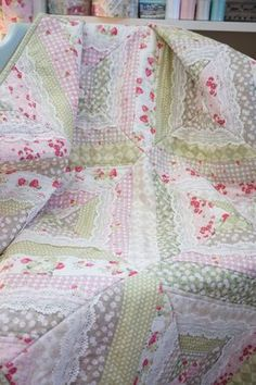 I know a lot of you have been waiting for this quilt-as-you-go tutorial, so here you go! You can find a video tutorial below which I had the privilege of filming at The Fat Quarter Shop with Kimber… Shabby Chic Quilt Patterns, Shabby Chic Quilts, Baby Quilt Patterns, Quilting For Beginners, Quilting Tutorials, Quilting Tips, Quilting Designs, Baby Quilt Tutorials, Beginner Quilting