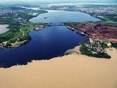 El río Caroní con sus aguas oscuras producto del contenido de ácidos orgánicos, y el río Orinoco con su gran cantidad de sedimentos de color más bien terroso. Esto es debido a la forma como se maneja la cuenca que principalmente genera sedimentos producto de la erosión que se deriva de la pérdida de la cobertura vegetal.