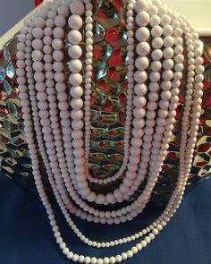 Collar largo de perlas blancas $35.00