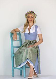 Hellblaues Leinendirndl mit Seidenschürze. Anno Domini Trachtenmode