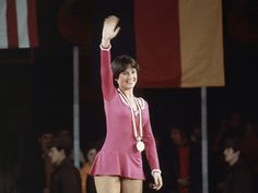 Dorothy Hamill (United States of America 🇺🇸) 1976 Innsbruck Olympic Ice Skating, Figure Skating Olympics, 1976 Olympics, Kurt Browning, Short Wedge Hairstyles, Dorothy Hamill, Triple Jump, Women Figure