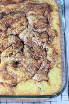 Easy Cinnamon Roll Cake is absolute perfection. It's simple to make, crazy delicious loaded with cinnamon sugar and covered in sweet icing! Delicious Cake Recipes, Easy Cake Recipes, Yummy Cakes, Dessert Recipes, Quick Dessert, Cake Mix Desserts, Easy Desserts, Pavlova, Cake Mix Coffee Cake