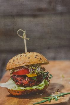 There's nothing like an attractive burger Salmon Burgers, Veggie Burgers, Beetroot, Sandwiches, Food And Drink, Veggies, Cooking, Ethnic Recipes, Vegetarian Burger Patties