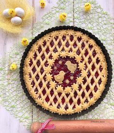 Lil' chicks Easter Pie with beautiful bias woven crust with open cameo middl PIE ART Creative Pie Crust, Beautiful Pie Crusts, Pie Crust Designs, Easter Pie, Pie Decoration, Pies Art, Pie Tops, Pie Crust Recipes, Cupcakes