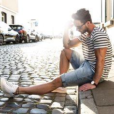Macho Moda - Blog de Moda Masculina: Listrado Masculino na parte de cima do Visual: Tendência para o Verão, Moda masculina, Roupa de Homem, Moda para Homens, Camiseta Listrada, Bermuda jeans, Tênis Branco, Sneaker Branco,