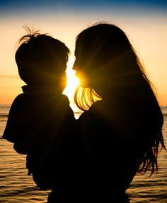 Mother and son in a deep moment of love during sunset at beach - Concept of union and tender connection between a young mama and his lovely child - Modified shape of silhouettes with filter sun flare Baby Voice, Gentle Parenting, Parenting Tips, Cute Love Cartoons, Love My Kids, Mothers Love, Beach Pictures, Things To Know, Silhouette