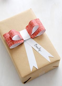 Creative DIY Gift wrapping idea with a paper bow. Wrapping Ideas, Creative Gift Wrapping, Present Wrapping, Creative Gifts, Paper Wrapping, Pretty Packaging, Gift Packaging, Paper Packaging, Christmas Gift Wrapping