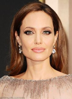 11 Best Red Carpet Beauty Looks From Oscar Extra-long lashes, smoky eyes and nude lips gave Angelina Jolie's make-up a subtle Sixties feel, while her hair was worn loose. Angelina Jolie Makeup, Brad And Angelina, Beauty Makeup, Hair Makeup, Hair Beauty, Eye Makeup, Glamour Makeup, Clean Makeup, Bridal Makeup