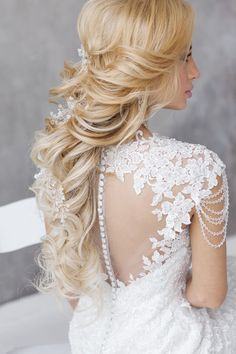 long culry down wedding hairstyle for brides / http://www.deerpearlflowers.com/beautiful-wedding-hairstyle-ideas/