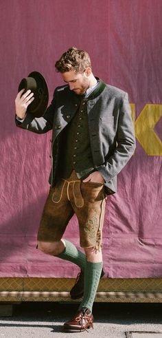 Cooler Okoberfest Look für Männer mit traditioneller Lederhosen Tracht