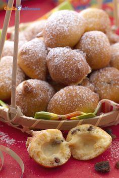 I #tortelli con uvetta al profumo di arancia (orange and raisin tortelli) sono delle frittelle tipiche del periodo di #Carnevale che sprigionano un delizioso profumo di arancia e racchiudono un soffice cuore pieno di morbida uvetta. #ricetta #Giallozafferano #italianfood #recipe #Carnival