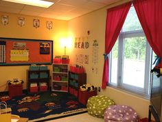 Super cute bumble bee-themed classroom ideas for grade. Lots of great ideas for Parent's Night too! Calm Classroom, Classroom Layout, 4th Grade Classroom, Classroom Environment, Classroom Design, Kindergarten Classroom, Classroom Themes, Classroom Organization, Classroom Libraries