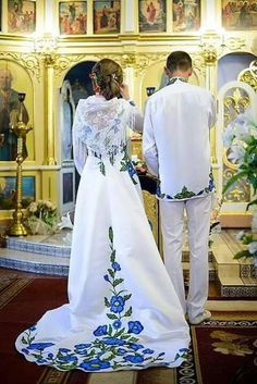 Blue and white. Bride and groom in embroidered clothes at their wedding Latin Wedding, Russian Wedding, Mexico Fashion, Modest Fashion Hijab, Ethno Style, Fashion Corner, Embroidered Clothes, Traditional Dresses, Dress Patterns