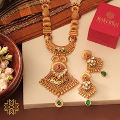 Jewelry OFF! Delicate touch of Meenakari! Gold Bangles Design, Gold Earrings Designs, Gold Jewellery Design, Necklace Designs, Manubhai Jewellers, Antique Jewellery Designs, Antique Jewelry, Real Gold Jewelry, Golden Necklace