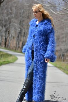 Chunky mohair cardigan with a thick hoody and a belt.Thick fuzzy cardigan in blue mix by Dukyana. Mohair Cardigan, Cardigan Long, Knitted Coat, Shrug Sweater, Sweater Coats, Sweater Outfits, Wool Coat, Sweaters, Gros Pull Mohair