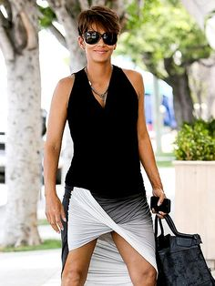 Halle Berry's sexy maternity style is in full view Sunday as she shows off her gorgeous gams in a twist-front Helmut Lang skirt while stroll. Halley Berry, Halle Berry Style, Maternity Fashion, Maternity Style, Nice Dresses, Dresses For Work, Jersey Skirt, Dress For Success, Timeless Beauty
