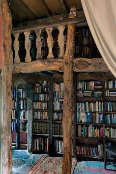 Wall of oak shelving - Bookshelves Ideas (houseandgarden.co.uk)