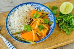 Curry thaïlandais au potiron, haricots verts et germes de soja, riz thaï. Le Curry, Thai Red Curry, Asian Recipes, Ethnic Recipes, Veggies, Food, Lime Juice, Green Beans, Curry Paste