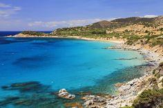 Una isla en el Mediterráneo donde la belleza de sus playas y calas de agua de color turquesa y fina arena blanca no han sido aún ocupadas por un torrente de turistas. Cerdeña posee la tranquilidad de antaño y una oferta turística adaptada a los tiempos que corren. La isla de Eolo se ha convertido en un lugar único para disfrutar de la vida.