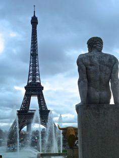 Tour Eiffel & statue de Pierre Traverse : L'Homme (1937) - Trocadéro, Paris - photo Marie J Tour Eiffel, Antoine Bourdelle, City Lights, Paris France, Marie, Photos, Europe, Tours, Statue
