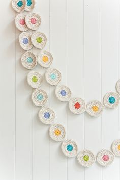 Crochet circle garland - Someone please show me how to crochet this because I wanna make it so bad! I can crochet a simple scarf, but that is it. Crochet Bunting, Crochet Garland, Crochet Diy, Crochet Decoration, Crochet Home, Love Crochet, Crochet Crafts, Yarn Crafts, Crochet Flowers