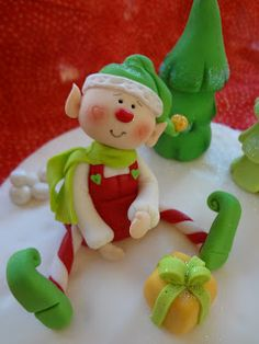 Making homemade ornaments for your Christmas tree is a fun way to personalize your decorations.Polymer clay Christmas craft projects are for adults and for kids too . Polymer Clay Ornaments, Polymer Clay Figures, Polymer Clay Projects, Polymer Clay Creations, Fondant Figures, Sculpey Clay, Christmas Craft Projects, Polymer Clay Christmas, Diy Xmas