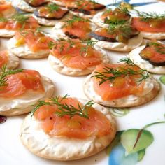 The best bagel I have ever had is the classic lox and cream cheese bagel (which I didn't even know was called that until this year). Lox is actually just another name for smoked salmon fillet. It is part of traditional Jewish cuisine and is… Crackers Appetizers, Cheese Appetizers, Finger Food Appetizers, Best Appetizers, Appetizer Recipes, Party Appetizers, Smoked Salmon Cream Cheese, Smoked Salmon Bagel, Smoked Salmon Appetizer