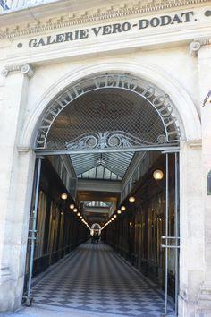 La GALERIE VERO - DODAT est un passage couvert parisien situé dans le 1er arrondissement, entre la rue Jean-Jacques-Rousseau à l'est et la rue du Bouloi à l'ouest , quartier de Halles , FRANCE , Date de création : 1826,........SOURCE VITAL GYM.FR........