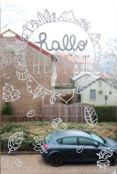Hallo herfst en herfst natuur #raamtekening door It's Wendy Chalkboard Doodles, Chalkboard Art, Cama Design, Window Markers, Decor Crafts, Diy Crafts, Toddler Themes, Posca Art, Welcome Fall