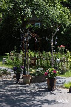 Amphoren, Rosenbogen und Hortensien