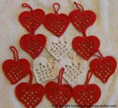 Her ser du våre heklede hjerter i gammeldags mønster.  Her har vi heklet de julehjertene i rødt og hvitt.    Garn: Bruk det bomullsgarnet du vil ha, ty