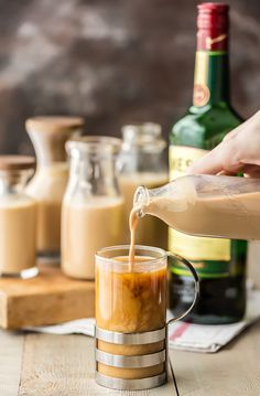 Irish Cream (Homemade Bailey's) is SO easy to make! This Homemade Irish Cream recipe is perfect for homemade gifts or time with family. Homemade Baileys, Homemade Irish Cream, Baileys Recipes, Homemade Liquor, Homemade Gifts, Irish Cream Whiskey, Irish Cream Drinks, Irish Coffee, Home Made Baileys Irish Cream