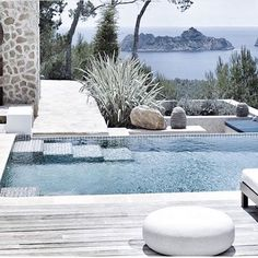Modern swimming pool design does not constantly mean that a pool was built lately or has all of one of the most high-tech features as well as materials. Modern pool design go back to California in the Outdoor Pool, Outdoor Spaces, Outdoor Living, Moderne Pools, Design Exterior, Small Pools, Beautiful Pools, Dream Pools, Swimming Pool Designs