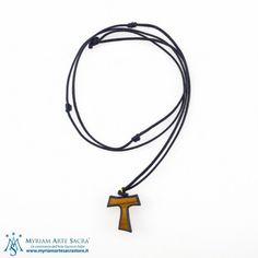 Croce Tau in legno di ulivo con bordi colorati. La croce dei poveri diffusa da San Francesco d'Assisi è corredata di collana in corda a colore. Ideale come regalo e come ricordino per i sacramenti della Comunione, Cresima e Confessione.