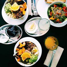 Lunchen im Katzencafe mit @christina_hoch_  und @jenny_s_ha_  #vegan #foodlove #healthyfood #cleaneating #avocado #reis #München #cafekatzentempel #munich #vegetarisch #foodphotography #muc #healthy #gesund #fit #Fitness #Mittagessen #lunch by photopraline