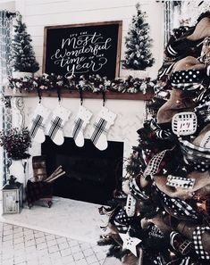 Here are best Black and White Christmas Decoration ideas. These Black and White Christmas decor include Christmas home decor & White & Black Christmas Trees Black Christmas Decorations, Black Christmas Trees, Christmas Mantels, Cozy Christmas, Rustic Christmas, Vintage Christmas, Victorian Christmas, Vintage Santas, Vintage Ornaments