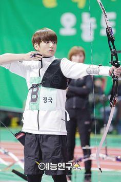 "[Picture] BTS at 2016 ""Idol Star Athletics Championships"" Chuseok Special part 10 Maknae Of Bts, Kookie Bts, Jung Kook, Busan, Bts You Never Walk Alone, Foto Jungkook, Kpop, Bts Video, Jeon Jeongguk"