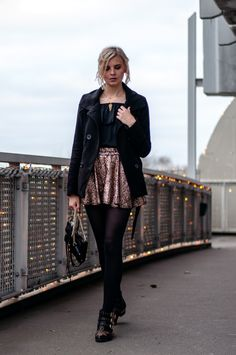 new years eve look: golden glitter skirt, pailettes, black coat, black offshoulder blouse, black tights, chloe susanna look-a-like boots, black rebecca minkoff mini mac - outfit, blogger, streetstyle, hamburg