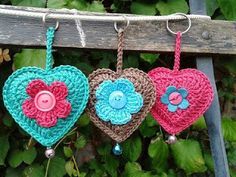 Crochet Heart Key Rings, free pattern and photo tutorial Crochet Heart Key Rings For Gifts. Click around to find the English version corazones a crochet Beautiful colours and I love the addition of the buttons! to their -crochet ideas and tips- postboard Crochet Diy, Crochet Amigurumi, Love Crochet, Crochet Gifts, Crochet Flowers, Crochet Hearts, Free Heart Crochet Pattern, Crochet Motifs, Crochet Patterns