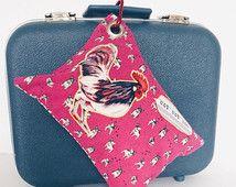 Coussin de voyage. Tissu rose à motifs de bouledogue français.Imprimé de coq surligné de jaune. L'endos de tissu avec des coeurs.Mousqueton.