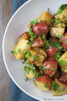 Potato Salad with Vinaigrette -You can find Vinaigrette and more on our website.Potato Salad with Vinaigrette - Potato Salad Dill, Potato Salad Recipe Easy, Potato Salad With Egg, Healthy Menu, Healthy Salads, Healthy Eating, Healthy Recipes, Vinaigrette, Caesar Salat