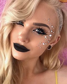 30 Coachella Makeup Inspired Looks To Be The Real Hit Sparkly Jewelery F. - 30 Coachella Makeup Inspired Looks To Be The Real Hit Sparkly Jewelery Festival Makeup Look - Glitter Carnaval, Make Carnaval, Festival Looks, Festival Face Jewels, Coachella Make-up, Coachella Festival, Makeup Looks 2018, Mermaid Makeup Looks, Festival Makeup Glitter