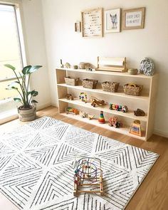 Ideas and tips to implement a Montessori bedroom for your baby or toddler. What are the main Montessori principles to set up a Montessori bedroom ? Montessori principles are primarily centered on the needs of the child, including his desire to … Montessori Baby, Montessori Playroom, Montessori Materials, Toy Shelves, Playroom Organization, Playroom Ideas, Organization Ideas, Organized Playroom, Playroom Design