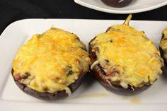 Nueva receta de berenjenas rellenas en Cocina Familiar. En esta ocasión tenemos un relleno de champiñones y jamón que le va como anillo al dedo a la hortaliza en cuestión.