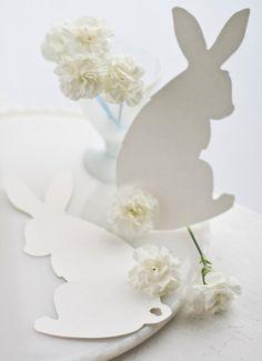 Pâques, fête printanière, a coutume de se vêtir de couleurs vives pour fêter la renaissance de la nature, et les tables familiales sont souvent décorées de